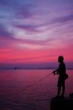 Siluetta dell'uomo di pesca Fotografie Stock Libere da Diritti