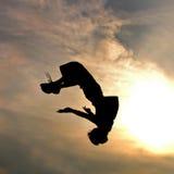 Siluetta dell'uomo di salto Fotografie Stock