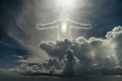 Siluetta dell'uomo fra le nuvole fotografie stock