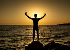 Siluetta dell'uomo nel tramonto Immagine Stock