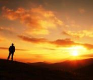 Siluetta dell'uomo sul tramonto fotografie stock