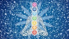 Siluetta dell'Yogi in una posizione di loto contro lo sfondo di un cielo stellato girante e dei petali della mandala video d archivio