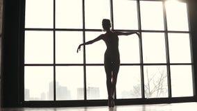 Siluetta della ballerina che balla balletto classico nei pointes sulle punte dei piedi Movimento lento video d archivio