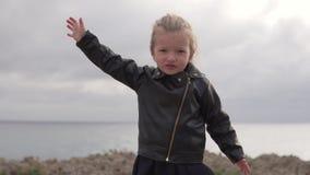 Siluetta della bambina che gode della natura all'aperto, sollevando le mani video d archivio