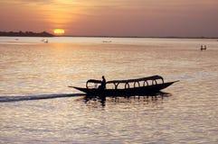 Siluetta della barca africana al tramonto Immagini Stock Libere da Diritti