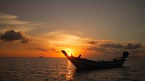 Siluetta della barca di Thai Wooden Sail del pescatore che galleggia sull'orizzonte di mare Colori stupefacenti del tramonto trop video d archivio