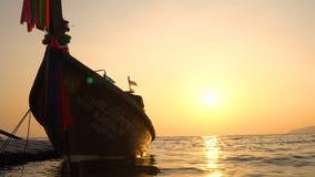 Siluetta della barca di Thai Wooden Sail del pescatore che galleggia sull'orizzonte di mare Colori stupefacenti del tramonto trop stock footage
