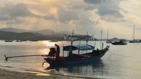 Siluetta della barca di Thai Wooden Sail Longtail del pescatore che galleggia sul mare Tramonto tropicale nuvoloso stupefacente video d archivio