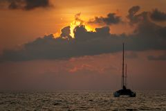 Siluetta della barca a vela e di tramonto Fotografie Stock Libere da Diritti