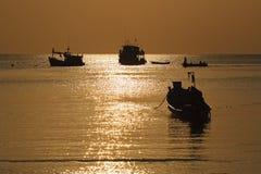 Siluetta della barca a vela, barca turistica di tuffo con la riflessione del mare Immagine Stock