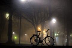 Siluetta della bicicletta parcheggiata Fotografia Stock