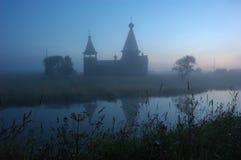 Siluetta della chiesa di legno antica ad alba Immagini Stock Libere da Diritti