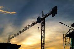 Siluetta della costruzione di edifici sulla sera Immagine Stock