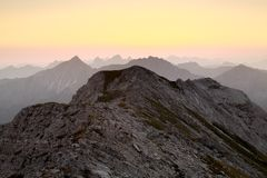 Siluetta della cresta della montagna all'alba Immagine Stock Libera da Diritti