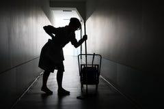 Siluetta della domestica che soffre dal mal di schiena Fotografia Stock