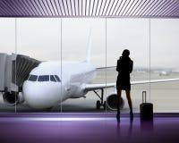 Siluetta della donna all'aeroporto Fotografia Stock Libera da Diritti