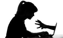 Siluetta della donna alle manifestazioni di computer i suoi pericoli nascosti per gli anni dell'adolescenza in Internet Immagine Stock