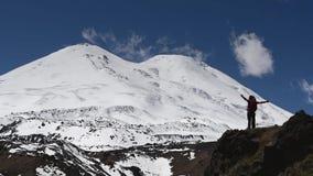 Siluetta della donna davanti ad una montagna nevosa enorme archivi video