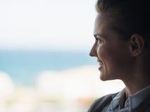 Siluetta della donna di affari che esamina finestra Fotografie Stock Libere da Diritti