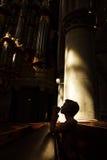 Siluetta della donna di preghiera fotografie stock