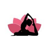 Siluetta della donna di yoga, Lotus Flower Background Logo Design rosa Fotografia Stock