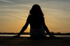 Siluetta della donna nel tramonto Fotografie Stock Libere da Diritti