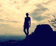 Siluetta della donna sul paesaggio della città Immagini Stock