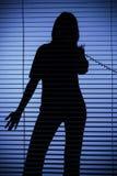 Siluetta della donna sul telefono (ciechi) fotografie stock libere da diritti
