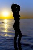Siluetta della donna sul tramonto Immagini Stock
