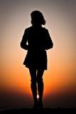 Siluetta della donna sulla spiaggia Immagini Stock Libere da Diritti