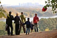 Siluetta della famiglia che ammira un declino di autunno Fotografia Stock