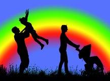 Siluetta della famiglia che cammina su un fondo dell'arcobaleno fotografia stock