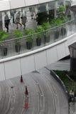 Siluetta della folla della gente dentro costruzione moderna Immagine Stock