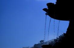 Siluetta della fontana di acqua Fotografia Stock