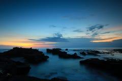 Siluetta della gente ad alba della spiaggia del sanur Immagine Stock Libera da Diritti