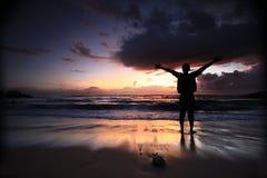 Siluetta della gente ad alba della spiaggia del sanur Fotografie Stock Libere da Diritti