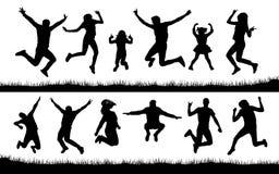 Siluetta della gente che salta sull'erba illustrazione vettoriale