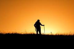 Siluetta della gente divertendosi al tramonto Fotografie Stock Libere da Diritti
