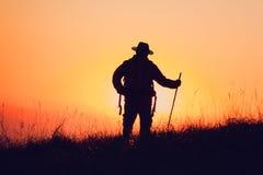 Siluetta della gente divertendosi al tramonto Immagine Stock Libera da Diritti