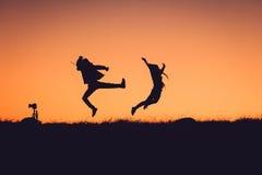 Siluetta della gente divertendosi al tramonto Fotografia Stock Libera da Diritti