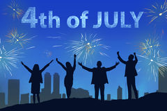 Siluetta della gente felice che celebra il quarto luglio con il fuoco d'artificio Fotografia Stock