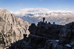 Siluetta della gente in montagne Fotografia Stock Libera da Diritti