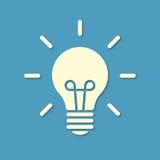 Siluetta della lampadina su fondo blu Immagini Stock Libere da Diritti
