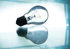 Siluetta della lampadina su vetro con le riflessioni Fotografia Stock Libera da Diritti