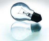 Siluetta della lampadina su vetro con le riflessioni Fotografie Stock