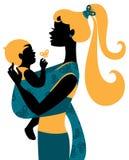 Siluetta della madre con il bambino in un'imbracatura Fotografia Stock