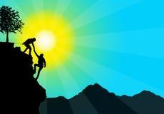 Siluetta della mano amica fra lo scalatore due Immagine Stock Libera da Diritti