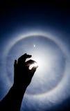 Siluetta della mano con l'alone circolare di Sun Fotografia Stock Libera da Diritti