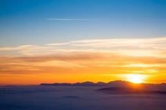Siluetta della montagna al tramonto Immagine Stock