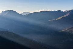 Siluetta della montagna al tramonto Fotografia Stock